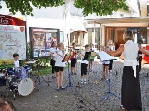 Kleine Momente der Stille: Die Bläserklasse der Grundschule Grunern/Wettelbrunn unter Leitung von Anna Galow. (Foto: Rainer Ruther)